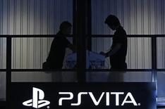 Dos hombres prueban una consola de Play Station en una feria realizada en Tokio en septiembre. REUTERS/Yuya Shino.   Sony Corp trabajó el sábado por tercer día para restaurar los servicios de juegos en línea de su consola PlayStation (PSN), después de que un ciberataque realizado el día de Navidad bloqueara el acceso a algunos clientes.