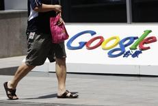 Una persona camina frente al logo de Google en su sede en Beijing. Imagen de archivo, 2 junio, 2011. Gmail se encontraba bloqueado en China tras meses de interrupciones de este servicio de Google Inc, el mayor correo electrónico del mundo, en un corte que se debería al Gran Cortafuegos según un grupo anticensura. REUTERS/Jason Lee
