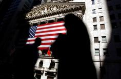 Wall Street a ouvert en légère baisse mardi, comme le laissaient prévoir les futures, mais elle risque fort de suivre une tendance sans relief habituelle des dernières séances de l'année. Quelques minutes après l'ouverture, le Dow Jones perdait 0,14%, le Standard & Poor's 500 cédait 0,2% et le Nasdaq Composite lâchait 0,13%. /Photo d'archives/REUTERS/Chip East