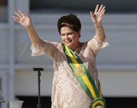 Le gouvernement brésilien va réduire les dépenses publiques afin de permettre la relance de l'économie en faisant en sorte de peser le moins possible sur la population, a déclaré la présidente Dilma Rousseff qui entamait officiellement jeudi un nouveau mandat de quatre ans. /Photo prise le 1er janvier 2015/REUTERS/Sergio Moraes