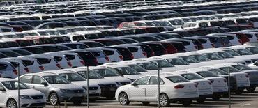 Parking de véhicules neufs près de Barcelone. Les ventes de voitures neuves en Espagne ont augmenté de 21,4% en décembre par rapport au même mois de 2013, leur 16e mois consécutif de hausse, /Photo d'archives/REUTERS/Albert Gea