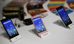 Le fabricant chinois de smartphones Xiaomi a réalisé un chiffre d'affaires avant impôts de 74,3 milliards de yuans (9,98 milliards d'euros) en 2014, en hausse de 135% par rapport à 2013, des chiffres reflètant la croissance ultra-rapide du groupe technologique non coté, qui s'est hissé en trois ans au rang de troisième fabricant mondial de smartphones et concurrence les géants Samsung et Apple. /Photo prise le 15 juillet 2014/REUTERS/Anindito Mukherjee