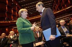 El Gobierno alemán espera que Grecia se apegue a los términos de su acuerdo de rescate con la Unión Europea y el Fondo Monetario Internacional después de la elección del 25 de enero y un posible cambio de Gobierno en Atenas, dijo el domingo un portavoz de la canciller Angela Merkel. En la imagen, Merkel (I) habla con Mario Draghi, presidente del BCE, en la antigua casa de la ópera de Fráncfort, en una foto de archivo del 19 de octubre de 2011. REUTERS/Kai Pfaffenbach/Files