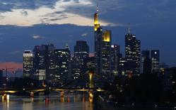 Los rascacielos del distrito financiero de Frankfurt. Imagen de archivo, 18 septiembre, 2014. La inflación anual en la mayor economía de Europa se desaceleró a un 0,1 por ciento en diciembre, su menor nivel en más de cinco años, mostraron el lunes datos preliminares de la Oficina Federal de Estadísticas.  REUTERS/Kai Pfaffenbach