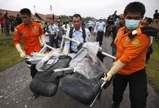 Destroços do voo QZ8501, da Air Asia, são resgatados do Mar de Java. 05/01/2014 REUTERS/Darren Whiteside