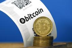 """Una boleta de Bitcoin con códigos QR y monedas vistas en una fotografía tomada en La Maison du Bitcoin en París. Imagen de archivo, 11 julio, 2014. Bitstamp, una de las mayores bolsas para la comercialización de la divisa digital bitcoin, dijo que suspendió temporalmente el servicio después de que """"resultaron comprometidas algunas de sus billeteras operacionales"""" el domingo, resultando en la pérdida de 19.000 bitcoins. REUTERS/Benoit Tessier"""