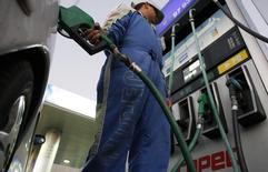 Un empleado carga combustible en una gasolinera de Valparaíso, Chile, jul 2 2008. Los precios al consumidor en Chile habrían caído un 0,3 por ciento en diciembre ante el impacto de valores más débiles del petróleo y efectos estacionales, pero acumularían su mayor alza anual desde el 2008, mostró el martes un sondeo de Reuters. REUTERS/Eliseo Fernandez