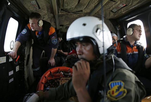 1月7日、インドネシア沖で墜落したエアアジア機の捜索チームは、同機の尾部の残骸を海中で発見したと明らかにした。写真は、エアアジア機捜索チーム、7日撮影(2015年 ロイター/Beawiharta)
