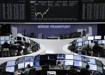 Les Bourses européennes accentuent leur rebond à mi-séance, sous l'impulsion des valeurs pétrolières sensibles à la stabilisation des cours du brut et dans l'anticipation de nouvelles mesures d'assouplissement monétaire de la Banque centrale européenne après l'annonce d'une inflation négative en décembre dans la zone euro. À Paris, le CAC 40 s'adjuge 1,14% à 13h00 et le Dax allemand 0,99%.  /Photo prise le 7 janvier 2015/REUTERS/Remote/Stringer