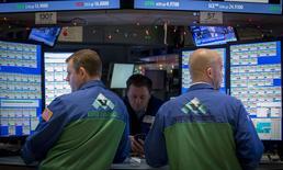 La Bourse de New York a fini en hausse mercredi. Le Dow Jones a gagné 1,20% à 17.579,45 points, des chiffres susceptibles de bouger encore légèrement. /Photo prise le 7 janvier 2015/REUTERS/Brendan McDermid