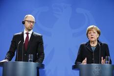 El primer ministro ucraniano, Arseni Yatseniuk y la  canciller alemana, Angela Merkel, durante una conferencia de prensa en Berlín, 8 enero, 2015. Yatseniuk responsabilizó el jueves al servicio de inteligencia ruso por el ciberataque contra páginas web del Gobierno alemán, que fue reivindicado por un grupo prorruso.   REUTERS/Hannibal Hanschke