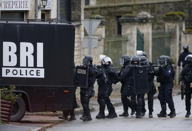 French special intervention police conduct a house-to-house search in Longpont, northeast of Paris, January 8, 2015.    REUTERS/Pascal Rossignol