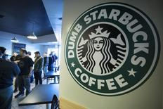 """People line up inside """"Dumb Starbucks"""", a parody store of the Starbucks Coffee chain, in Los Angeles, California February 10, 2014. REUTERS/Jonathan Alcorn"""