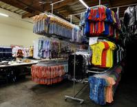Camisetas apiladas en una bodega de la firma textil Sledge USA en Los Angeles, oct 13 2009. Los inventarios mayoristas de Estados Unidos registraron en noviembre su mayor incremento en siete meses y las existencias de octubre fueron revisadas al alza, lo que sugiere que el reabastecimiento de bienes podría haber impulsado al crecimiento en el cuarto trimestre de 2014.    REUTERS/Fred Prouser