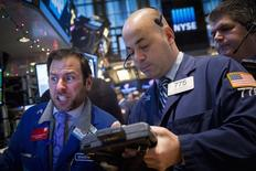 Operadores en la bolsa de Wall Street en Nueva York, ene 8 2015. Las acciones abrieron con pocos cambios el viernes en la bolsa de Nueva York, luego de divulgarse un reporte mensual del empleo con cifras mejores a lo esperado. REUTERS/Brendan McDermid