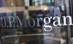 La banque JPMorgan Chase a conclu un accord de principe pour régler le contentieux avec des investisseurs ayant subi des pertes après avoir acquis auprès de Bear Stearns pour 17,58 milliards de dollars de prêts immobiliers titrisés, qui se sont avérés douteux, lors de la dernière crise immobilière et financière aux Etats-Unis. /Photo d'archives/REUTERS/Shannon Stapleton