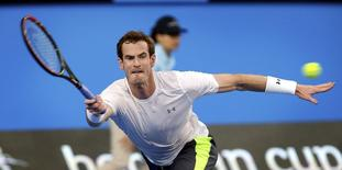 Andy Murray of Britain plays a forehand shot to Benoit Paire of France during their men's singles tennis match at the 2015 Hopman Cup in Perth January 5, 2015. REUTERS/Stringer (AUSTRALIA - Tags: SPORT TENNIS)
