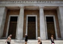 La banque centrale grecque a fait savoir que les sorties de capitaux de la Grèce restaient sous contrôle, s'efforçant ainsi de rassurer les marchés financiers avant les élections législatives anticipées du 25 janvier. /Photo d'archives/REUTERS/Yorgos Karahalis