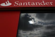 En la imagen de archivo, nubes reflejadas en la ventana de una sucursal de Banco Santander en Tomares, cerca de Sevilla. Las acciones de Santander, el mayor prestamista de la zona euro por valor de mercado, cotizaban el lunes con un rebote cercano al 2,5 por ciento después de desplomarse la semana pasada tras anunciar una megampliación de capital. REUTERS/Marcelo del Pozo