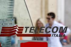 Pessoas passam em frente à cabine de telefone público em Roma. REUTERS/Max Rossi (ITALY - Tags: BUSINESS TELECOMS LOGO)