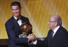 O atacante do Real Madrid, português Cristiano Ronaldo, é cumprimentado pelo presidente da Fifa, Sepp Blatter, após receber a Bola de Ouro da Fifa 2014, em Zurique, na Suíça, nesta segunda-feira. 12/01/2015 REUTERS/Arnd Wiegmann