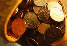 """Монеты 5, 2, 1 рубль и 10 копеек, Красноярск, 12 января 2015 года. Рубль упал на минимумы 4 недель вслед за нефтяными котировками, пробившими очередные психологические уровни на фоне избытка предложения и низкого мирового спроса, а также на фоне риска снижения кредитного рейтинга РФ до """"мусорного"""" уже на текущей неделе. REUTERS/Ilya Naymushin"""