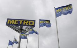L'allemand Metro a constaté un rétablissement de ses ventes en gros et une accélération de son activité dans l'électronique grand public au cours des trois derniers mois de 2014, compensant sa faiblesse dans la grande distribution. Le quatrième distributeur européen fait état de ventes en recul de 2,2% mais en excluant l'impact de la cession des hypermarchés Real en Europe de l'Est, les ventes du groupe à périmètre constant ont augmenté de 2,1%, contre +0,7% au trimestre précédent. /Photo d'archives/REUTERS/Tobias Schwarz