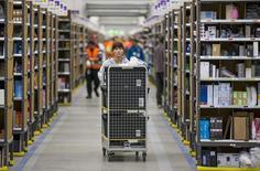 En la foto, una trabajadora prepara envíos en el centro logístico de Amazon en Brieselang (Alemania) el 11 de noviembre de 2014. Amazon.com creó 6.000 nuevos puestos de trabajo a tiempo completo en Europa en el 2014 para responder a la creciente demanda, dijo el martes el minorista online de Estados Unidos. REUTERS/Hannibal