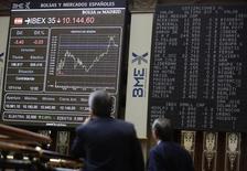 Operadores olham telas de cotações na bolsa de Madri em 17 de novembro de 2014. REUTERS/Andrea Comas (SPAIN - Tags: BUSINESS ENERGY)