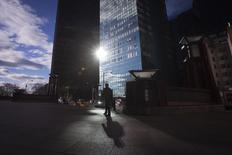 Un hombre camina en el vecindario de Manhattan, en Nueva York. Imagen de archivo, 18 diciembre, 2014. El superávit de presupuesto en Estados Unidos alcanzó los 2.000 millones de dólares en diciembre, una baja del 96 por ciento frente al mismo periodo del año anterior, según datos divulgados el martes por el Departamento del Tesoro. REUTERS/Carlo Allegri