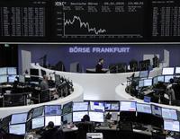 Трейдеры на торгах фондовой биржи во Франкфурте-на-Майне 9 января 2015 года. Европейские фондовые рынки снижаются под влиянием падения цен на нефть и металлы и снижения прогноза Всемирного банка для мировой экономики. REUTERS/Remote/Stringer