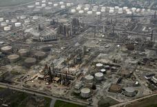 НПЗ British Petroleum в Уайтинге, штат Индиана 16 августа 2007 года. Цены на нефть Brent перешли к росту после падения на 1 процент в начале торгов, но аналитики предсказывают продолжение спада за счет избытка нефти на мировом рынке. REUTERS/John Gress