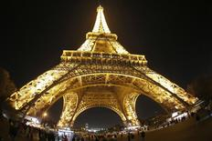 Turistas caminan abajo de la Torre Eiffel en París. Imagen de archivo, 9 diciembre, 2014. La inflación en Francia se desaceleró en diciembre y anotó su menor nivel en cinco años, mostraron el miércoles datos que aumentan la presión para que el Banco Central Europeo adopte medidas para combatir el riesgo de deflación y aliente el crecimiento.  REUTERS/Charles Platiau
