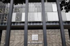 """La sede de la compañía brasileña Petrobras vista en Rio de Janeiro. Imagen de archivo, 14 noviembre, 2014.  Deutsche Bank Securities comenzó el miércoles su cobertura de los bonos de Petróleo Brasileiro con un panorama """"negativo"""", reflejando la alta deuda de la compañía y una probabilidad de que la empresa, controlada por el estado brasileño, pueda perder su estatus de grado de inversión. REUTERS/Sergio Moraes"""
