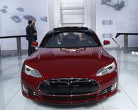Tesla est une des valeurs à suivre à Wall Street, le constructeur de véhicules électriques ayant vu ses ventes baisser de manière significative en Chine au dernier trimestre 2014. /Photo prise le 13 janiver 2015/REUTERS/Rebecca Cook