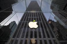 El logo de Apple visto en uno de sus locales en Nueva York. Imagen de archivo, 22 abril, 2014. Apple Inc demandó a Ericsson alegando que las patentes de tecnología inalámbrica LTE de la compañía sueca no son esenciales para los estándares de la industria de celulares y que está exigiendo regalías excesivas por esas patentes.   REUTERS/Brendan McDermid