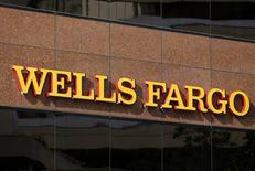 Отделение банка Wells Fargo в Сан-Диего, Калифорния. 18 марта 2014 года. Прибыль Wells Fargo & Co, четвертого крупнейшего банка США и крупнейшего ипотечного банка, слегка возросла в четвертом квартале 2014 года на фоне роста чистого процентного дохода. REUTERS/Mike Blake