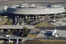 Le terminal 1 de l'aéroport de Roissy Charles-de-Gaulle. Aéroports de Paris (ADP) a annoncé mercredi une hausse de 2,6% de son trafic en 2014, avec une progression de 3,2% sur le seul mois de décembre. /Photo d'archies/REUTERS/Veronique Paul/ADP