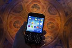 Le groupe sud-coréen Samsung a récemment approché BlackBerry pour évoquer un rachat du fabricant canadien de smartphones, dans le but de mettre la main sur son portefeuille de brevets, selon une source proche de ces discussions et des documents consultés par Reuters. /Photo prise le 17 décembre 2014/REUTERS/Brendan McDermid