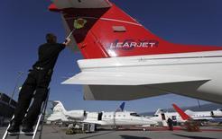 Bombardier a annoncé jeudi la suspension de son programme d'avion d'affaires Learjet 85 face à la faiblesse de la demande et le groupe canadien d'aéronautique et de matériel ferroviaire a révisé à la baisse ses prévisions de résultats financiers pour l'exercice 2014. /Photo d'archives/REUTERS/Denis Balibouse
