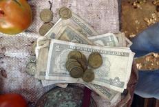 Pesos cubanos visto en un local de vegetales en el centro de Cuba. Imagen de archivo, 11 marzo, 2012.  Cuba pondrá en circulación billetes de denominaciones más altas a partir de febrero, en momentos en que la nación comunista trabaja para conseguir la unificación del sistema monetario dual que ha estado vigente durante dos décadas, dijeron el jueves medios locales. REUTERS/Desmond Boylan