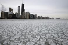 Los rascacielos de Chicago vistos atrás de un lago parcialmente congelado. Imagen de archivo, 5 enero, 2015. Los precios al productor en Estados Unidos registraron en diciembre su mayor caída en más de tres años debido a un desplome de los costos de la energía, mientras que las presiones sobre la inflación subyacente se mantuvieron contenidas. REUTERS/Jim Young