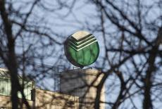Логотип Сбербанка на его штаб-квартире в Москве 28 марта 2013 года. Крупнейший госбанк РФ Сбербанк в 2014 году снизил чистую прибыль, рассчитанную по российским стандартам, на 19 процентов до 305,7 миллиарда рублей, сообщил банк. REUTERS/Maxim Shemetov