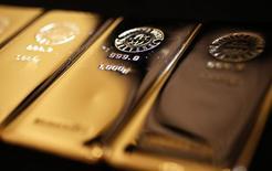 Слитки золота в магазине Ginza Tanaka в Токио 18 апреля 2013 года. Цены на золото близки к максимуму четырех месяцев и за неделю могут показать максимальный рост за 10 месяцев за счет повышенного спроса на низкорискованные активы после решения центробанка Швейцарии отказаться от ограничения курса франка. REUTERS/Yuya Shino