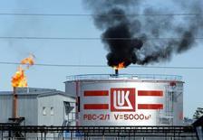 НПЗ Лукойла в Когалыме. 7 июля 2004 года. Крупнейшая в РФ частная нефтекомпания Лукойл отвергает обвинения Службы безопасности Украины (СБУ) в контрабанде и финансировании терроризма на территории страны. REUTERS/Viktor Korotayev