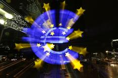 The famous euro sign landmark is photographed outside the former headquarters of the European Central Bank (ECB) in Frankfurt, late evening January 8, 2015.   REUTERS/Kai Pfaffenbach