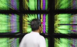 Les Bourses européennes ont ouvert en hausse modérée lundi, accentuant leurs gains de la semaine dernière, en attendant l'annonce probable de nouvelles mesures de soutien à la croissance de la Banque centrale européenne. À Paris, l'indice CAC 40 prenait 0,26% vers 09h40. À Francfort, le Dax gagnait 0,81% et à Londres, le FTSE 0,52%. /Photo d'archives/REUTERS/Nicky Loh