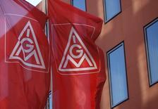 IG Metall, le principal syndicat d'Allemagne, a déclaré lundi que le patronat devait réagir rapidement à sa revendication d'une hausse des salaires de 5,5% sous peine de risquer une grève nationale à partir de fin janvier.  /Photo d'archives/REUTERS/Ralph Orlowski
