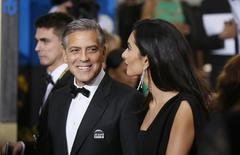 Actor George Clooney and wife, Amal Clooney, arrive at the 72nd Golden Globe Awards in Beverly Hills, California January 11, 2015.  REUTERS/Danny Moloshok