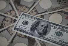 Купюры валют иена и доллар США в Токио 28 февраля 2013 года. Курс доллара к иене поднялся до недельного максимума после сообщения о росте экономики Китая, слегка превысившем прогнозы. REUTERS/Shohei Miyano